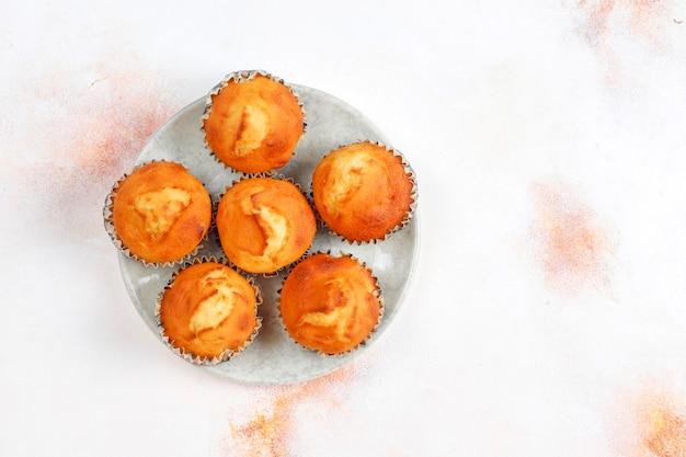 De délicieux muffins à l'orange faits maison avec des oranges fraîches.