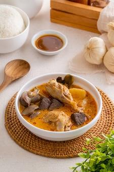 Délicieux nasi kari ayam medan ou riz au curry au poulet de medan