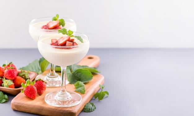 Délicieux et nutritif double couleur (couleur) desserts à la fraise à la menthe et garniture de sarcocarpe en dés isolé avec fond bleu aéré, espace copie, gros plan