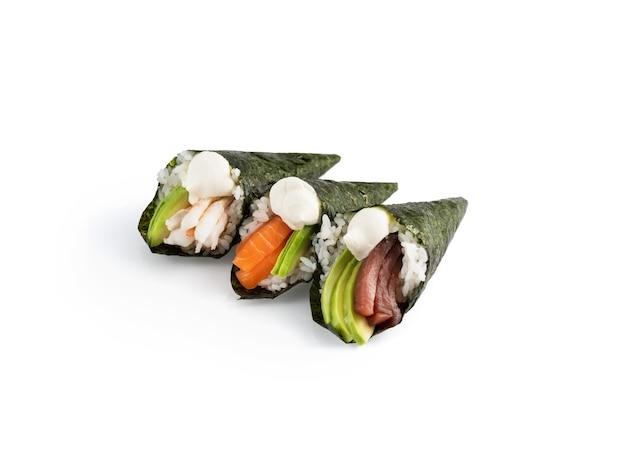 Délicieux onigiri de saumon, thon, avocat, etc.