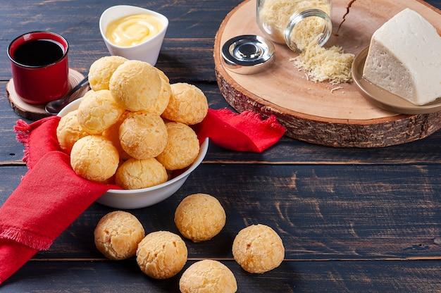 Délicieux pain au fromage brésilien. aussi connu en amérique latine sous le nom de chipa, pan de bono et pan de yuca.