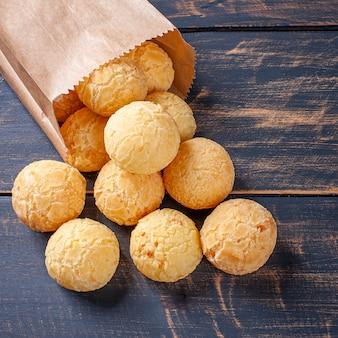 Délicieux pain au fromage brésilien sortant d'un sac en papier