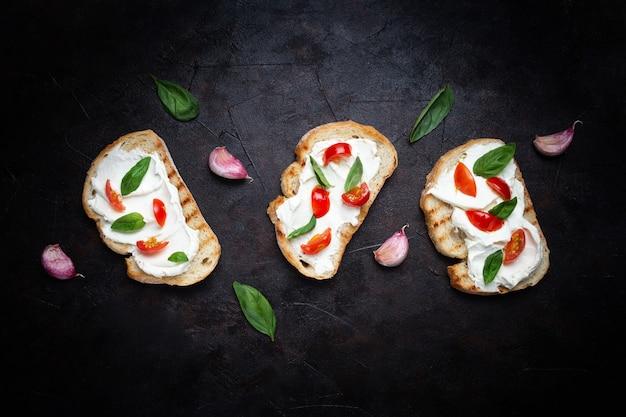 Délicieux pain au fromage et à la tomate