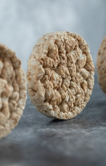 Délicieux pain croustillant rond sur marbre.