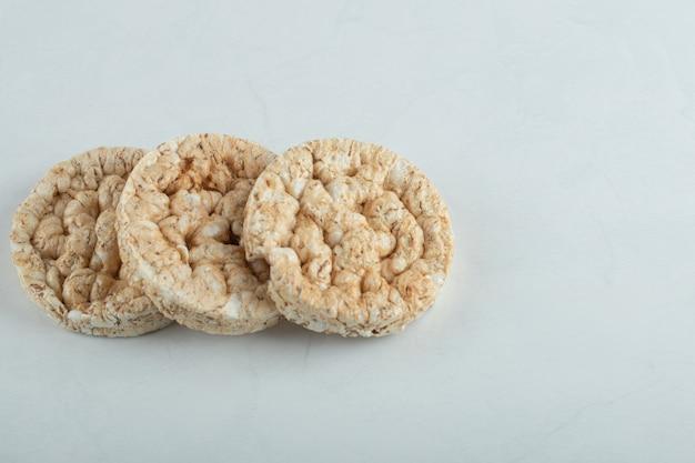 Délicieux pain croustillant rond sur une surface grise