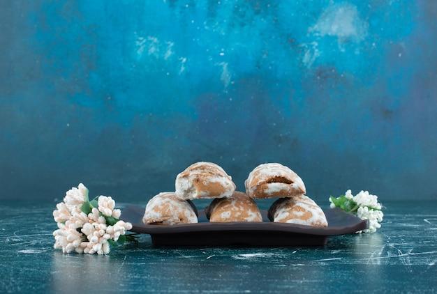Délicieux pain d'épice aux fleurs séchées sur fond coloré. photo de haute qualité