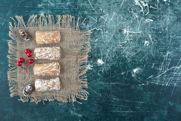 Délicieux pain d'épice aux pommes de pin sur un sac. photo de haute qualité