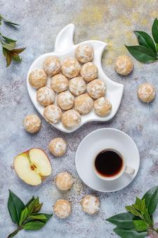 Délicieux pain d'épice russe traditionnel avec pomme, vue de dessus