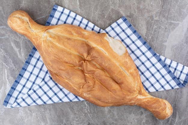 Délicieux pain frais allongé sur une nappe. photo de haute qualité