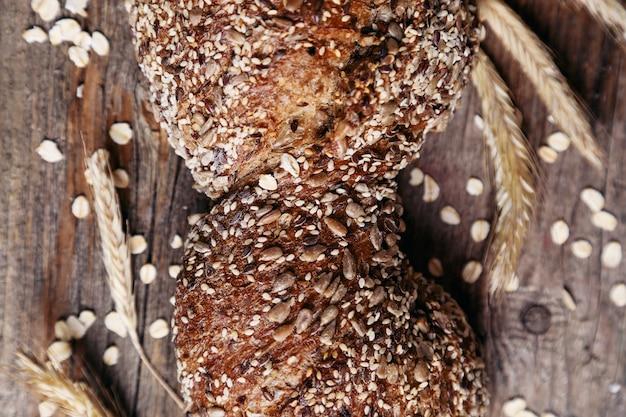 Délicieux pain sur planche de bois