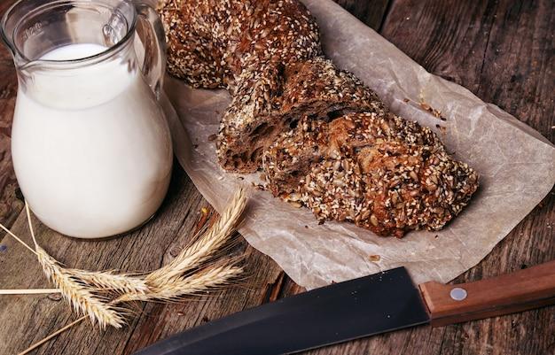 Délicieux pain avec pot de lait
