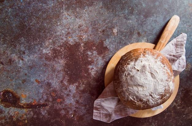 Délicieux pain sur la vue de dessus de table rouillée