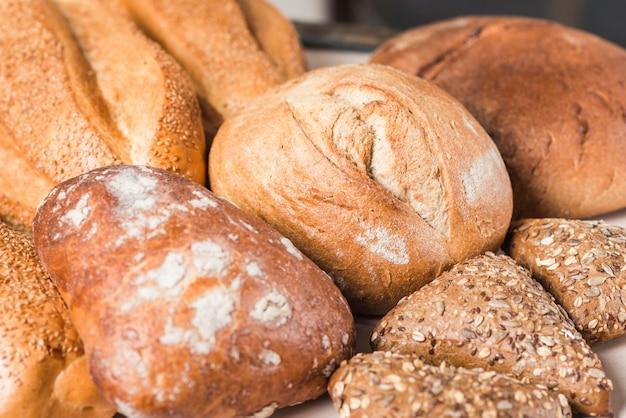 Délicieux pains fraîchement cuits