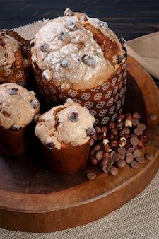 Délicieux panettone maison à fermentation naturelle. garniture au chocolat et aux noisettes.