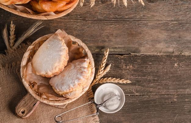 Délicieux pâtisseries fraîches de pâtisseries sablés sucrés avec remplissage avec copie espace sur fond de bois