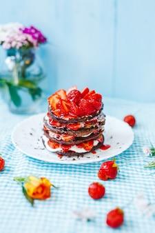 Délicieux petit déjeuner avec assiette de crêpes et fraises