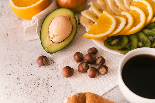 Délicieux petit déjeuner aux fruits et café