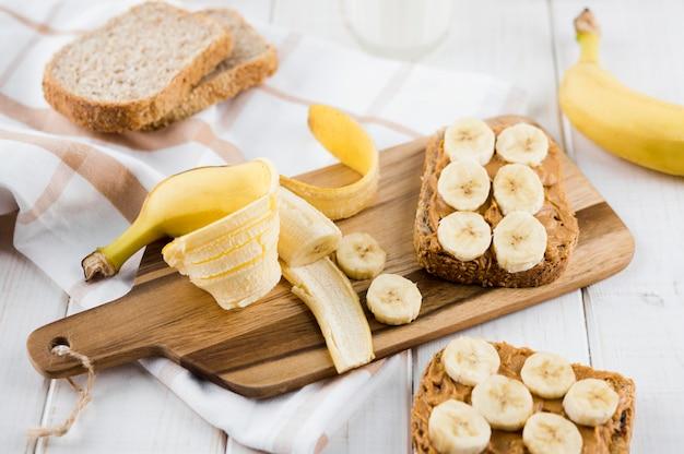 Délicieux petit déjeuner avec banane et beurre d'arachide