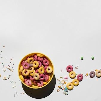 Délicieux petit déjeuner avec des céréales et un espace de copie