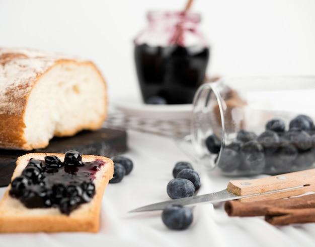 Délicieux petit-déjeuner avec de la confiture de myrtilles