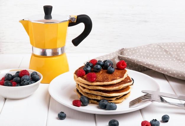 Délicieux petit-déjeuner avec crêpes et baies