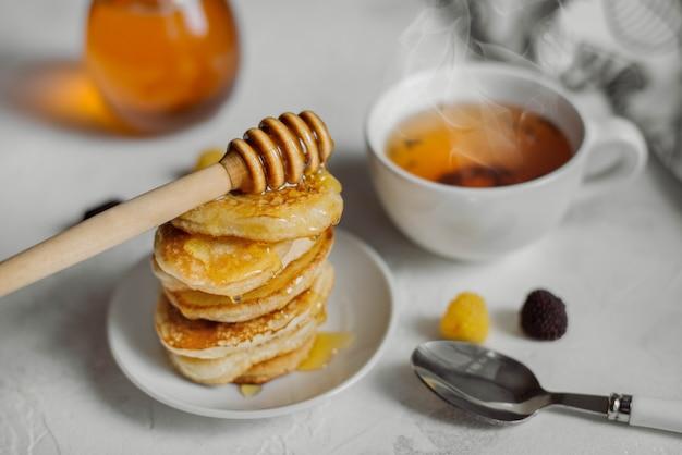 Délicieux petit déjeuner fait maison. crêpes au miel