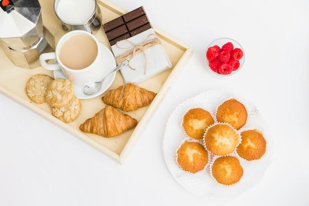 Délicieux petit déjeuner sur fond blanc
