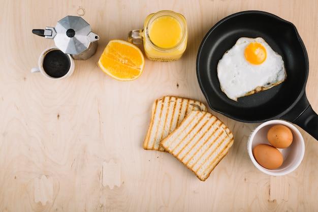 Délicieux petit déjeuner sur fond en bois