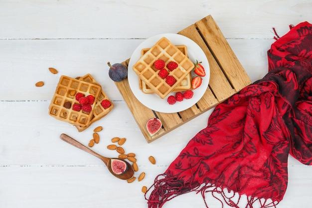 Délicieux petit-déjeuner avec des gaufres et des fruits