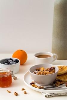 Délicieux petit déjeuner avec granola et confiture