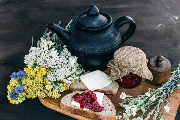 Délicieux petit déjeuner provençal avec thé et confiture sur bois