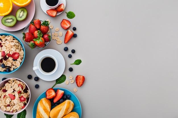 Délicieux petit déjeuner sain avec copyspace