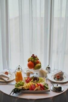 Délicieux petit déjeuner servi pour deux à l'hôtel un fond blanc.
