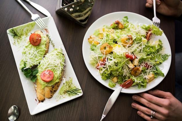 Délicieux petit déjeuner sur la table devant une personne