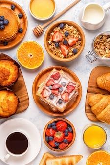 Délicieux petit déjeuner sur une table lumineuse