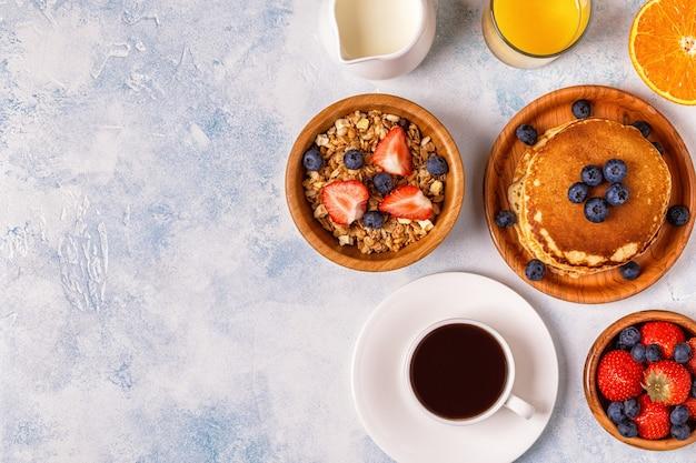 Délicieux petit déjeuner sur une table lumineuse.