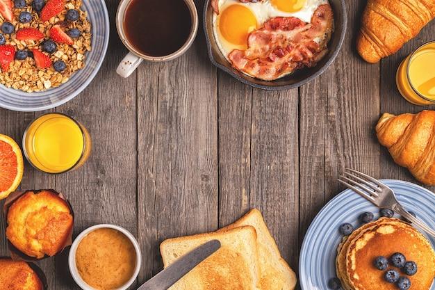 Délicieux petit déjeuner sur une table rustique espace copie vue de dessus
