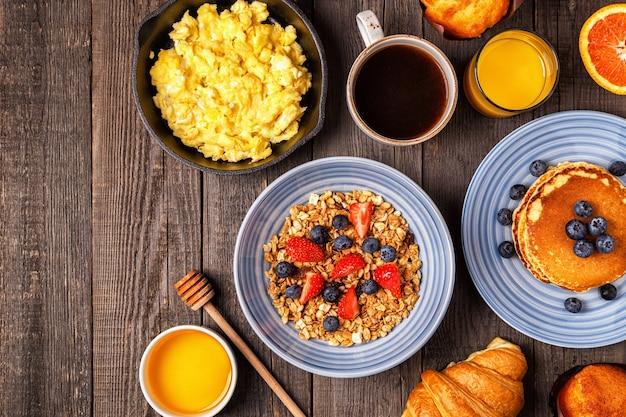 Délicieux petit déjeuner sur une table rustique. vue de dessus, copiez l'espace.