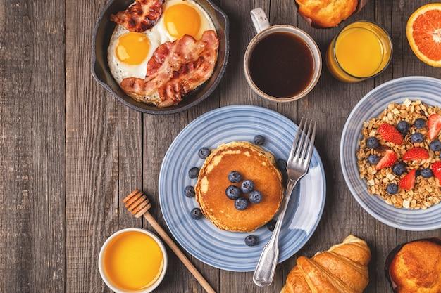 Délicieux petit déjeuner sur une table rustique