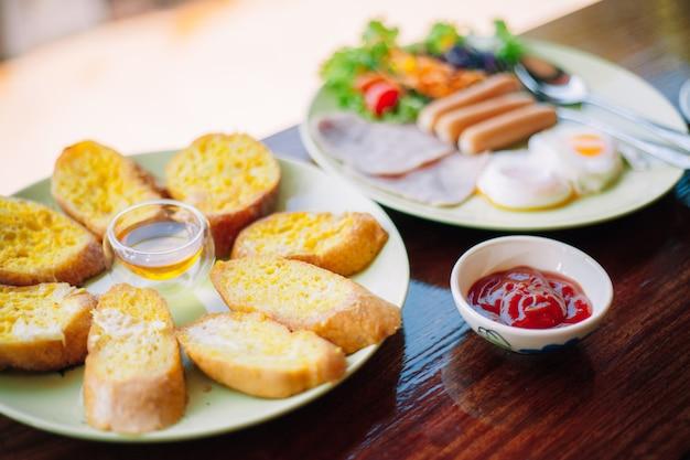 Délicieux petit déjeuner sur la table
