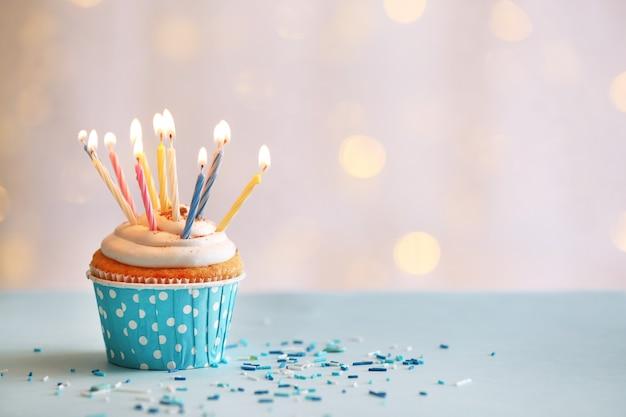 Délicieux petit gâteau d'anniversaire sur table sur fond clair