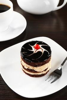 Délicieux petit gâteau au chocolat sur la table, gros plan