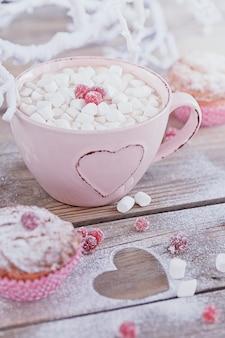 Délicieux petit gâteau aux fruits rouges et tasse de café