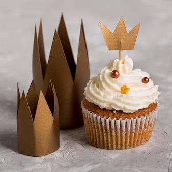 Délicieux petit gâteau avec des couronnes vue de haut