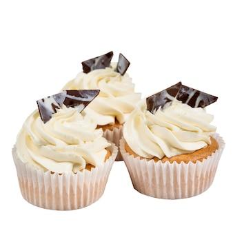 Délicieux petit gâteau fait maison isolé sur blanc.