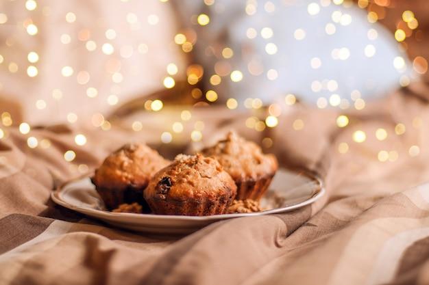 Délicieux petit gâteau frais avec noix sur une assiette au lit.