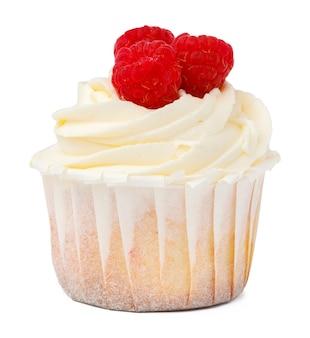 Délicieux petit gâteau avec glaçage isolé sur fond blanc