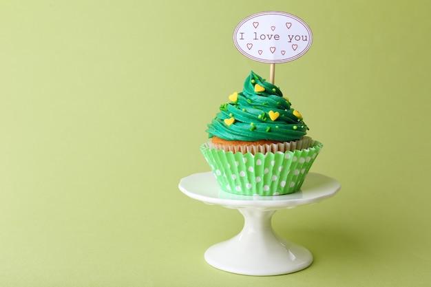 Délicieux petit gâteau avec inscription