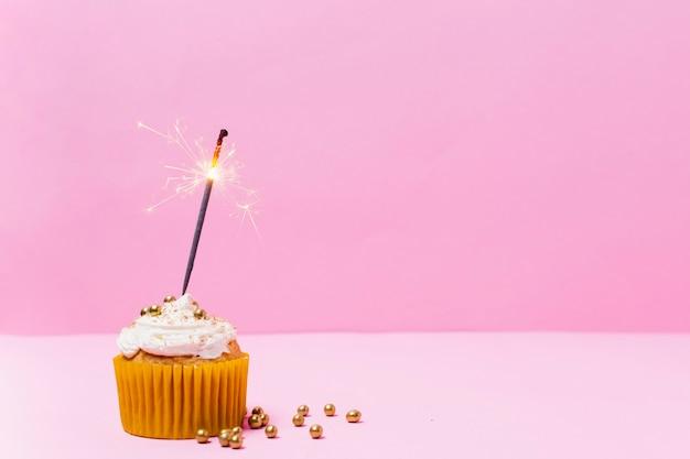 Délicieux petit gâteau vue de face sur fond rose