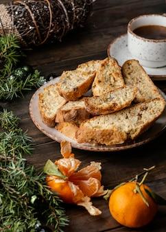 Délicieux petit pain orange sur la table
